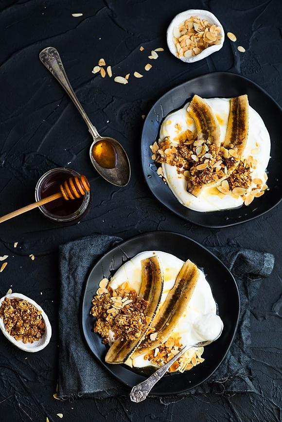Zdrowy deser - karmelizowane banany z jogurtem, granolą i płatkami migdałów