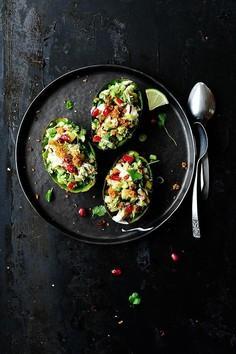 Awokado faszerowane wędzoną makrelą i chrupiącymi warzywami