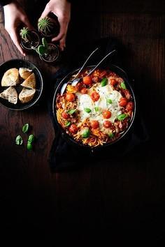 Makaron zapiekany pod serem burrata i sosem z pieczonych warzyw
