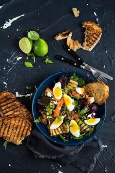 Sałatka z jajkiem, łososiem i i grillowaną cukinią