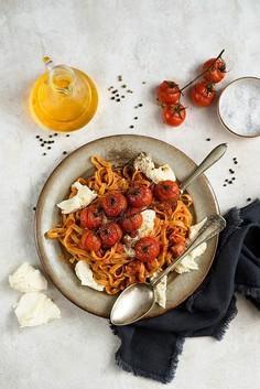 Makaron z sosem pomidorowym i kiełbaskami, mozzarellą i pieczonymi pomidorkami