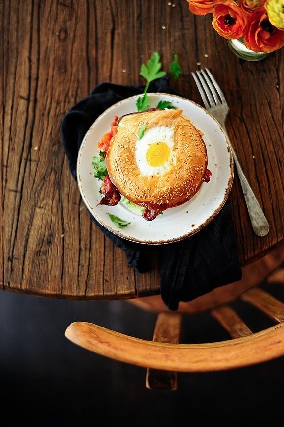 Bajgle z jajkiem, humusem i pieczonymi warzywami