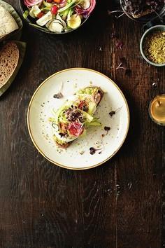 Grzanki z awokado, jajkiem, szparagami i dukkah