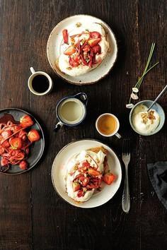 Tosty z patelni z pieczonym rabarbarem i truskawkami
