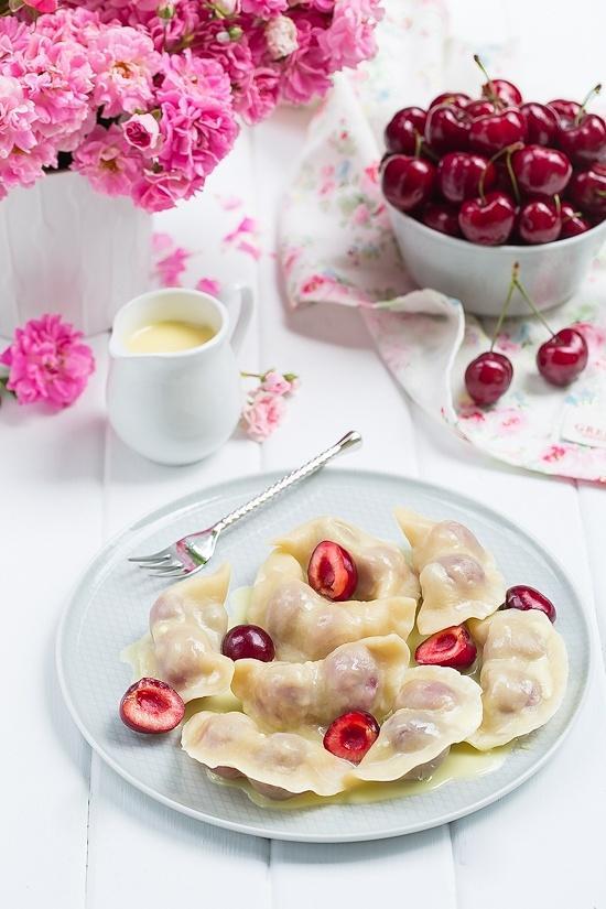 Pierogi z czereśniami i sosem z białej czekolady