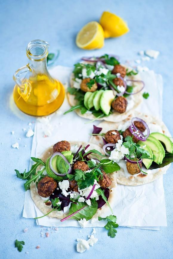 Greckie tiganopsomo z dodatkami (pszenne placki z kotlecikiami mięsnymi, awokado i serem feta)