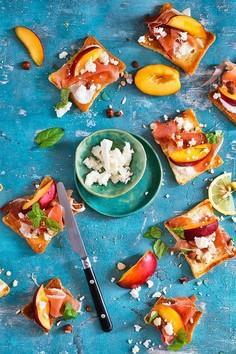 Grzanki z szynką parmeńską, nektarynkami i miodowym dressingiem