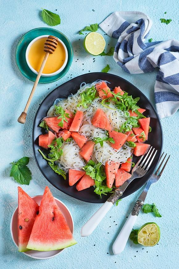 Sałatka z makaronem ryżowym i arbuzem