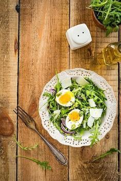 Sałatka z rukoli z parmezanem i jajkiem