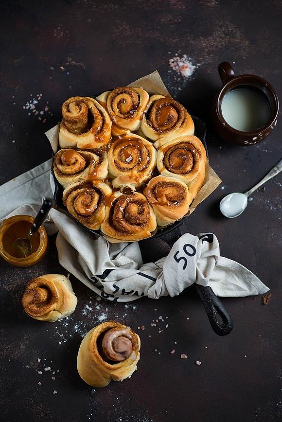 Cynamonowe rollsy ze słonym karmelem