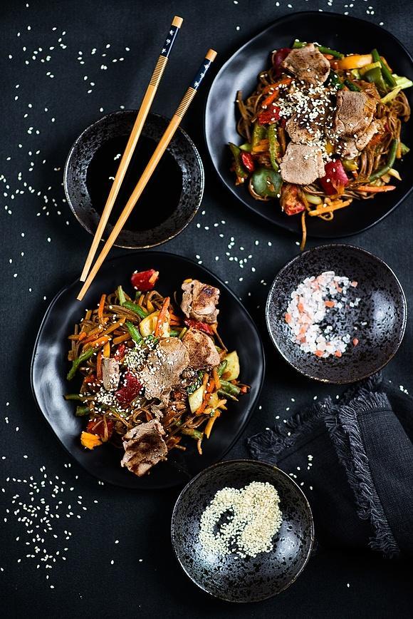 Makaron soba po azjatycku z warzywami i polędwiczką wieprzową