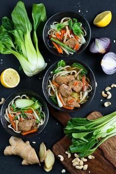 Zupa w stylu azjatyckim z makaronem chow mein, pak choi i wieprzowiną
