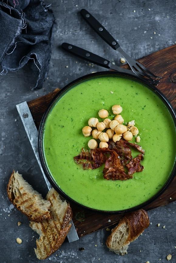 Zupa krem z zielonego groszku i awokado z chipsami z bekonu