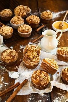 Orkiszowe muffinki cynamonowo-jabłkowe z kruszonką
