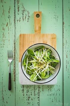Sałatka ze szpinaku z kalarepą i pistacjami – prosta i wiosenna