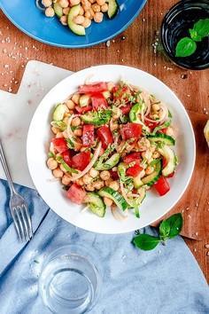 Sałatka z ciecierzycą, warzywami i winegretem