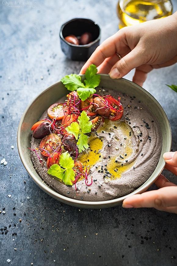 Hummus z czarnej fasoli i pieczonego czosnku