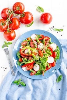 Sałatka z fasolką szparagową i pomidorami