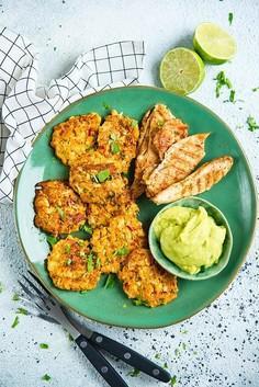 Placuszki z kalafiora z grillowanym kurczakiem i pastą z awokado