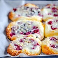 Drożdżówki z serem i owocami