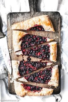 Szybka tarta z ricottą i jagodami na cięście francuskim
