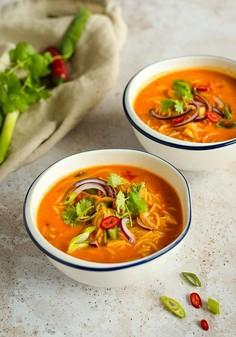 Pikantna zupa curry z makaronem ryżowym
