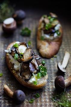 Grzanki z ricottą i grzybami