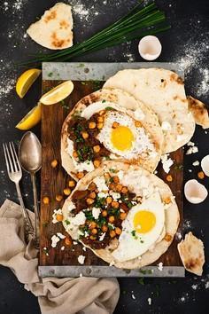 Bezmięsny obiad: chlebki naan z serkiem czosnkowym, sadzonym jajkiem, sosem z czarną fasolą i pieczoną ciecierzycą