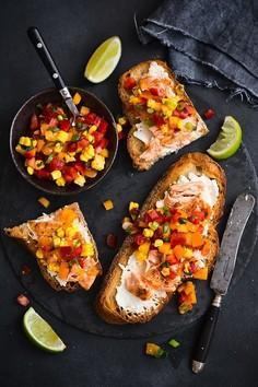 Grzanki z kozim serkiem, łososiem i salsą z pomidorów i kukurydzy