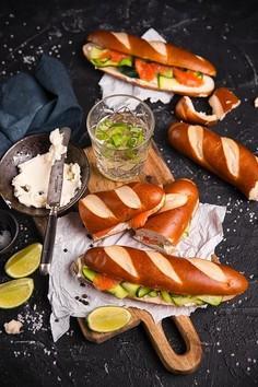 Kanapki z pieczywem bawarskim, wędzonym łososiem i cukinią