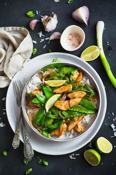 Stir fry z ryżem, kurczakiem i groszkiem cukrowym