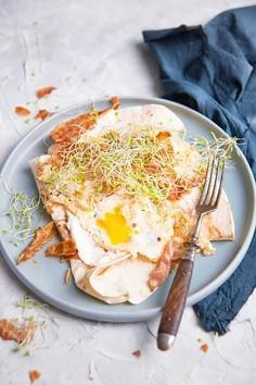Śniadaniowa tortilla z chrzanowym serkiem, jajkiem, bekonem i kiełkami koniczyny