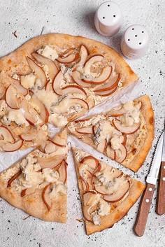 Pizza na zakwasie ze szparagami i cukinią oraz z gruszkami i gorgonzolą