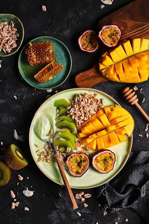 Smoothie bowl z herbatą matcha i egzotycznymi owocami