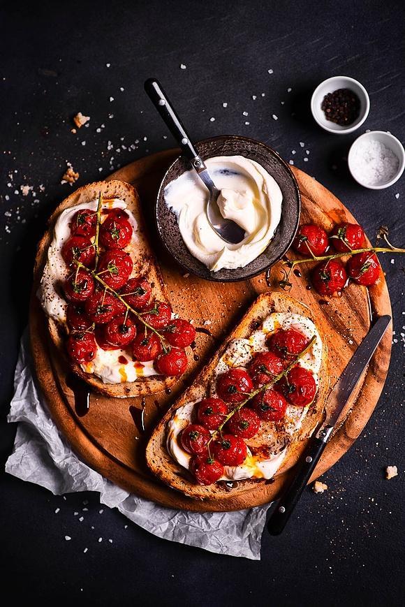 Grzanki z kremowym serkiem i pieczonymi pomidorkami