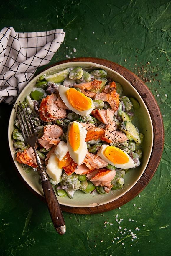 Sałatka w stylu nicejskiej, z bobem, łososiem i jajkiem