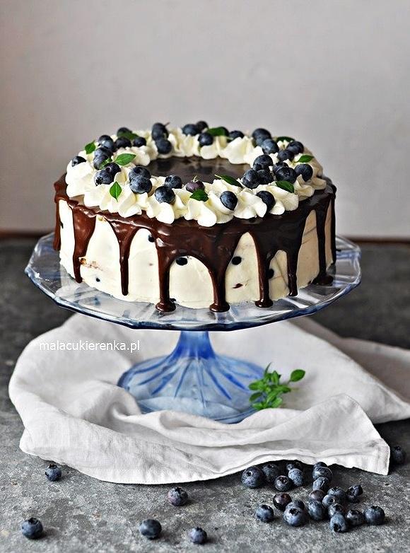 Prosty kremowy tort bez pieczenia z polewą czekoladową