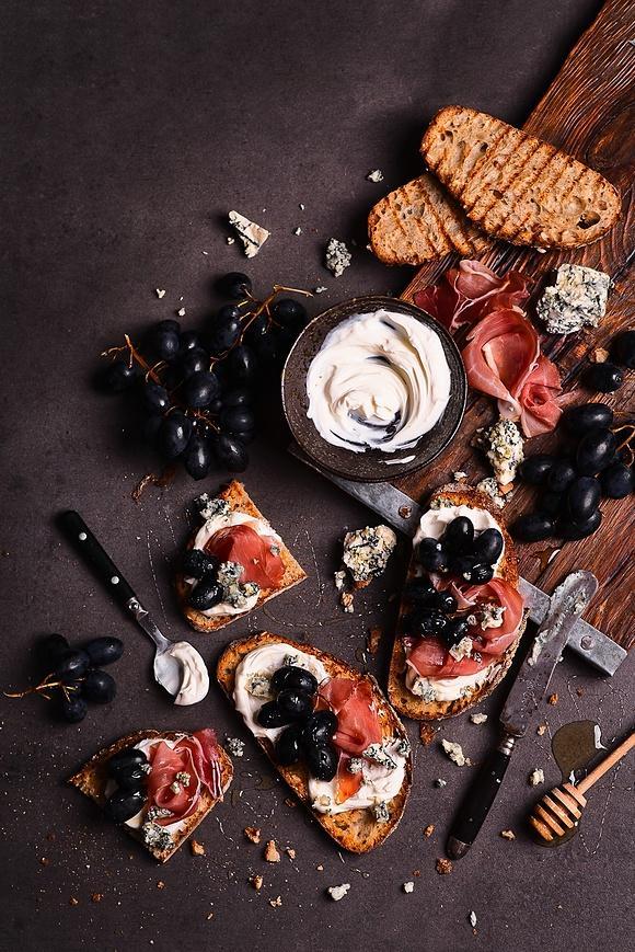 Jesienne grzanki z serem pleśniowym, winogronem i szynką dojrzewającą