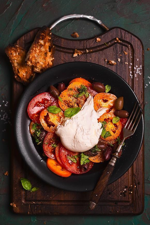 Ekstremalnie prosta sałatka z pomidorami i burratą
