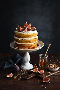Rustykalny tort orzechowy z kajmakiem, kremem śmietanowym i figami