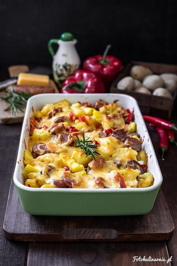 Zapiekanka ziemniaczana z kiełbasą, papryką i serem