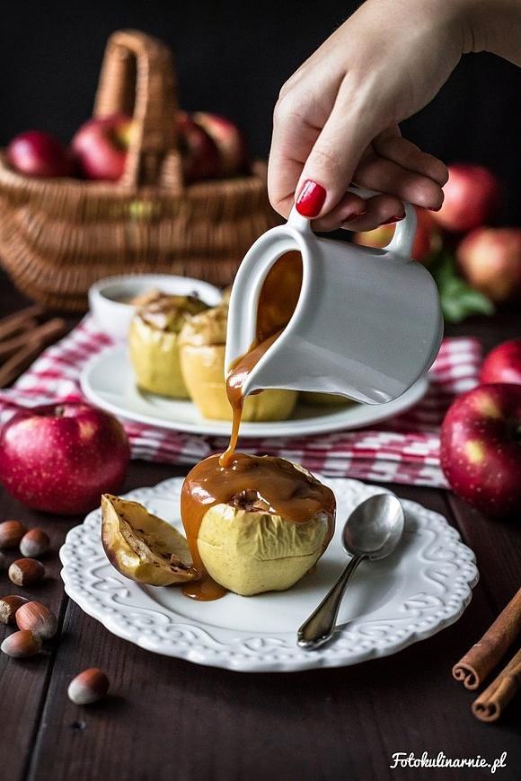 Jabłka pieczone z masłem orzechowym i sosem karmelowym