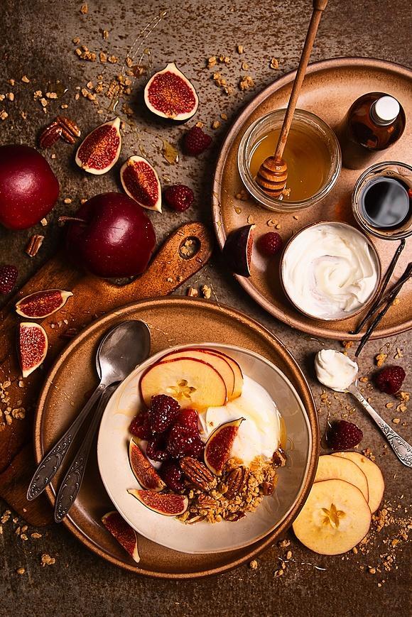 Jesienny deser: waniliowy jogurt z jabłkiem i orzechami